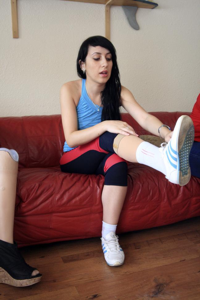 Alexandra isi fixeaza proteza de picior