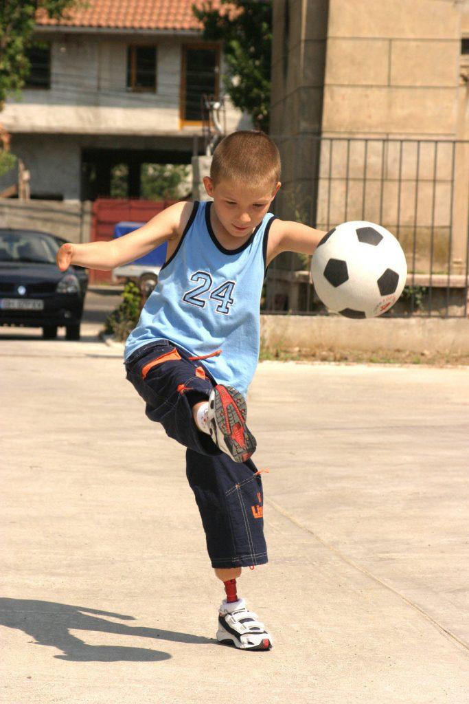 Darius joaca fotbal cu o proteza de picior