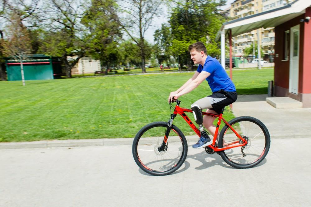 pacient cu proteza de picior pe bicicleta