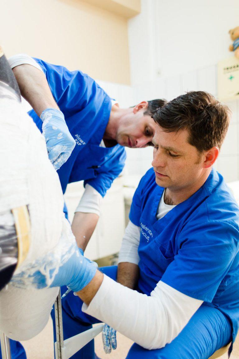 specialistii in protezare si ortezare Theranova creeaza o proteza personalizata